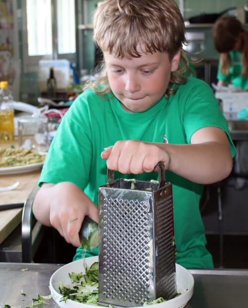 Ruokakoulussa valmistetaan terveellistä ja monipuolista ruokaa kotimaisista perusraaka-aineista. Kuva: Petra Ingo